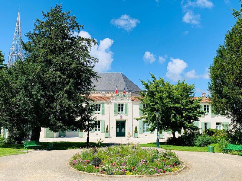 Une autre vue de la mairie de Marans