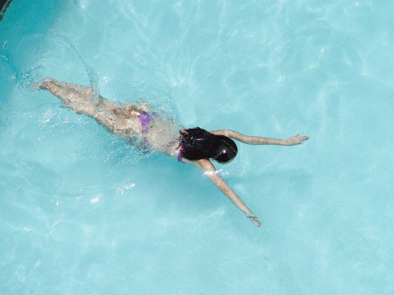 Baignade dans une piscine de pleine air