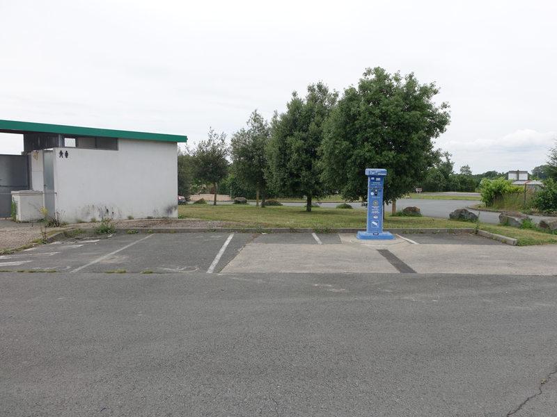 Vue éloignée de la borne et du parking