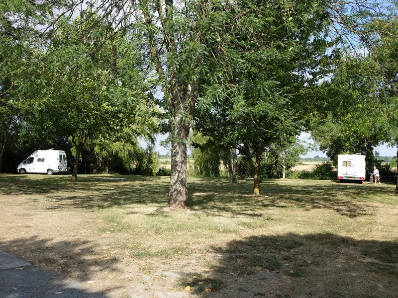 Vue éloignée de 2 camping-cars