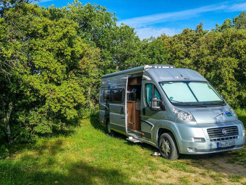Camping-car garé dans la nature