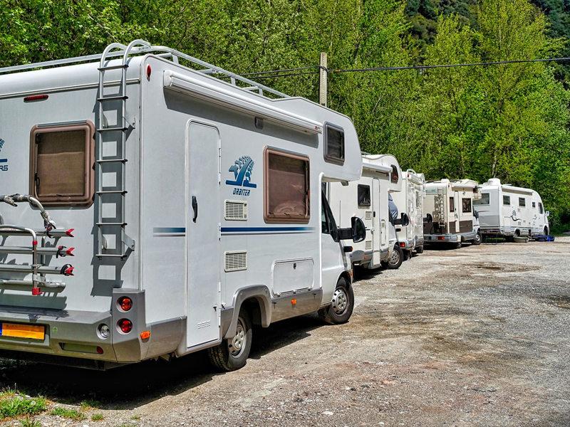 Campings-car stationnés sur une aire bétonnée