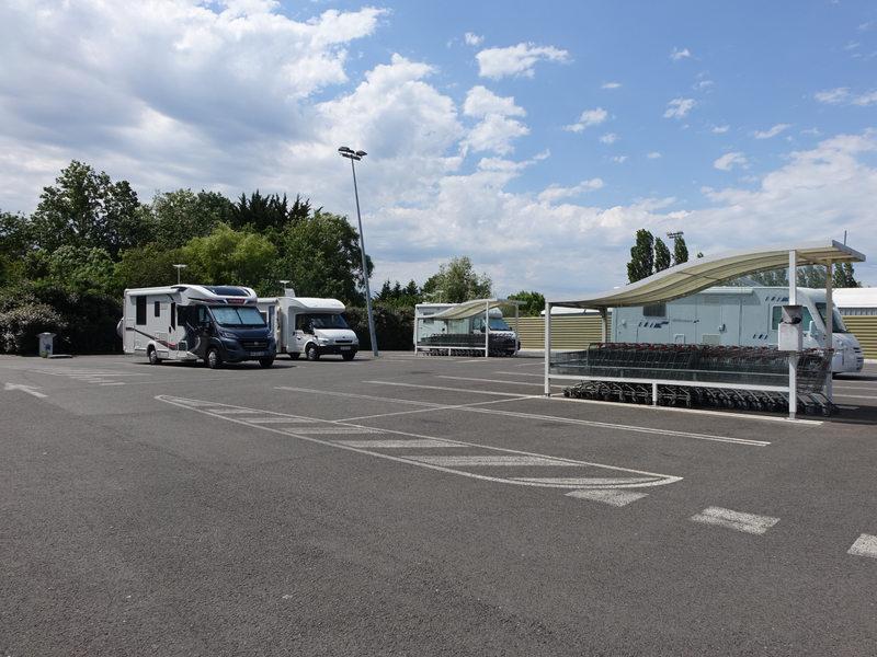 Vue du parking avec des camping-cars