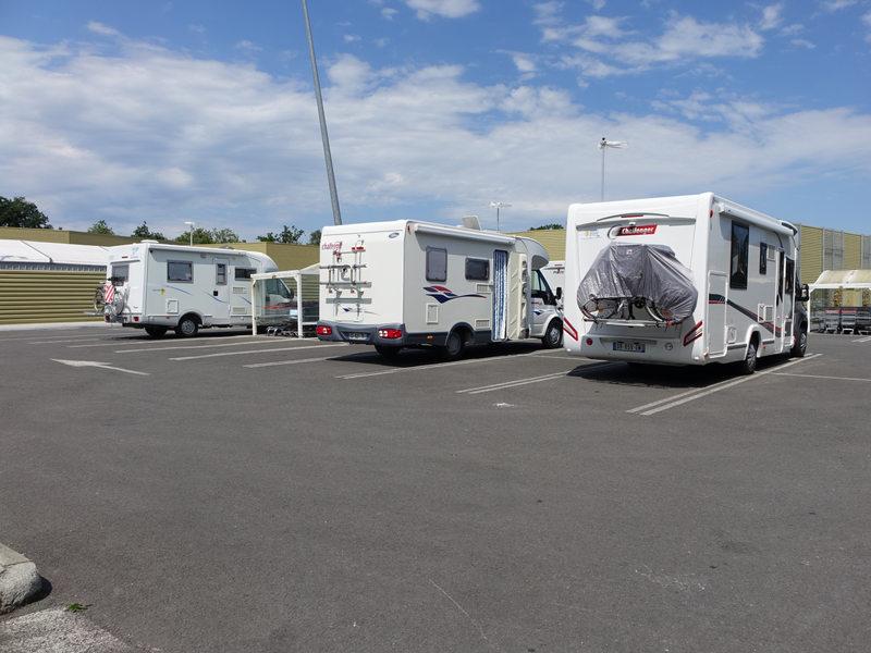 Vue de plusieurs camping-cars sur le parking
