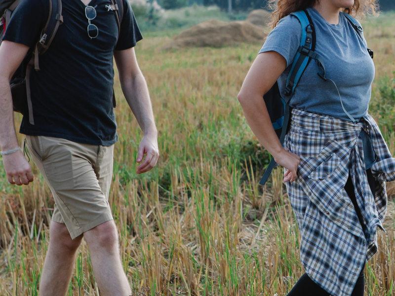 Couple marchant dans la campagne