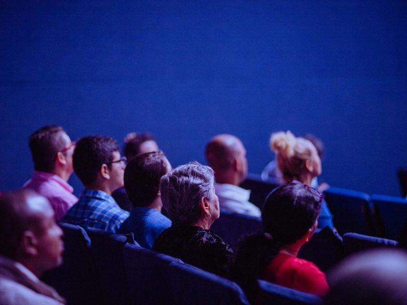 Personne écoutant une conférence